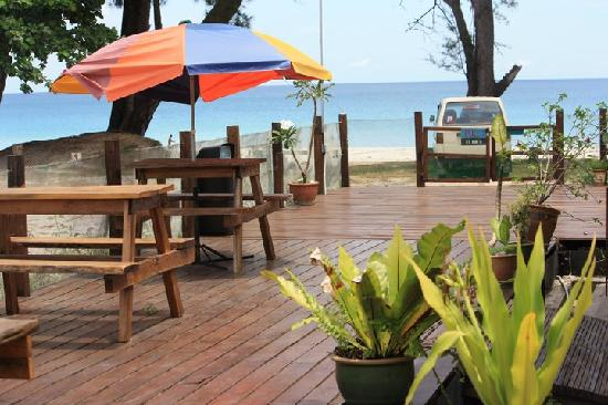 Tip Top Beach Bar and Restaurant: Outdoor seating area