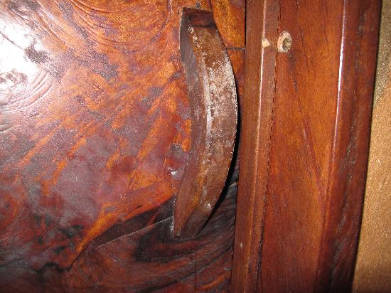 Vanira Lodge: Mould on the door handle to our room, and everywhere else