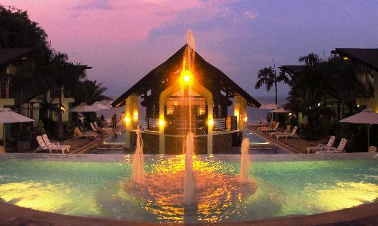 Acuatico Beach Resort & Hotel: At night