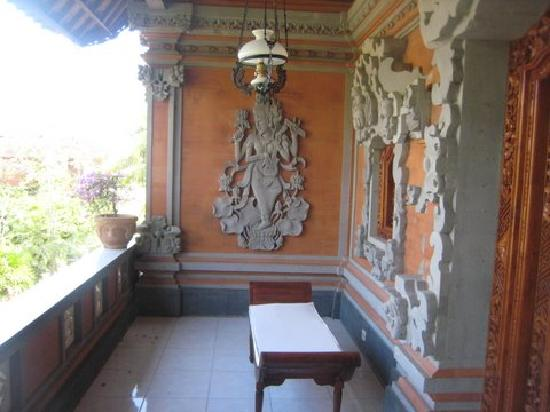 Ubud Sensasi Bungalow: Balcony facing the garden features Balinese carvings