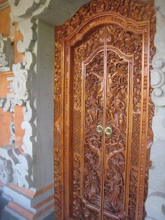 Ubud Sensasi Bungalow: Wood carved door