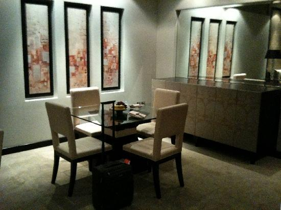 Al Faisaliah Hotel : Dining table in Suite