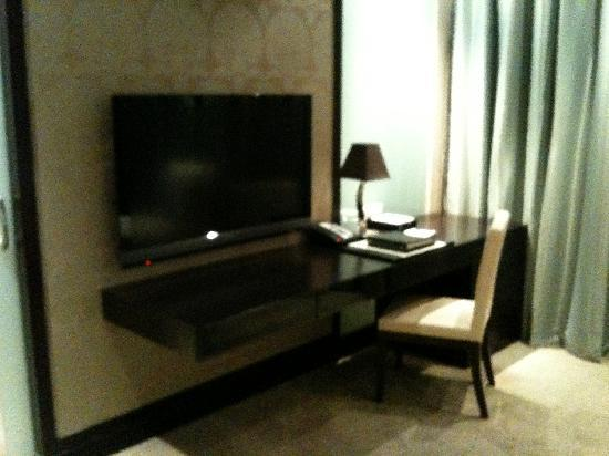 Al Faisaliah Hotel : TV & Desk in Suite