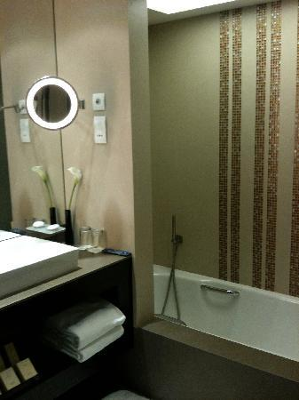 Al Faisaliah Hotel : Bathroom Tub