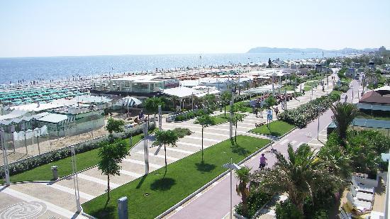 Ambasciatori Hotel: Blick vom Balkon des Hotelzimmers auf den Strand