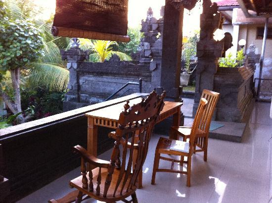 Ubud Dream: Guest's balcony and neighboring garden