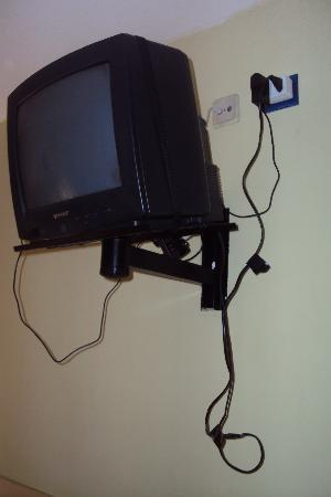 Hotel Classic Valles: the cables of the tv were...as you can see totally free and open
