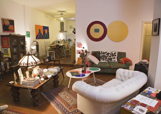 B&B La Stradetta: soggiorno e zona colazione-living and breakfast room