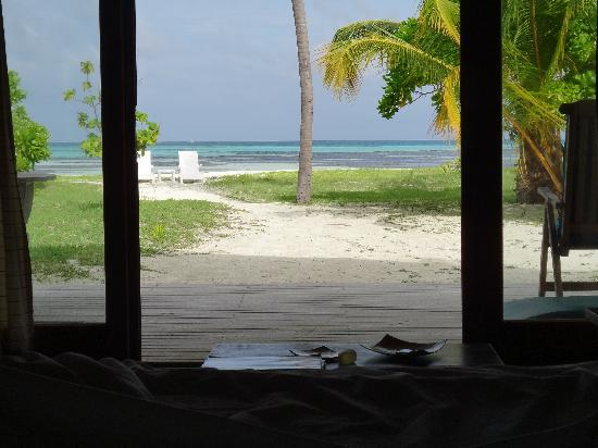 Meeru Island Resort & Spa: Uninterupted sea view from the bed