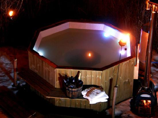 Chalet Les Pelerins: The log fired hot tub