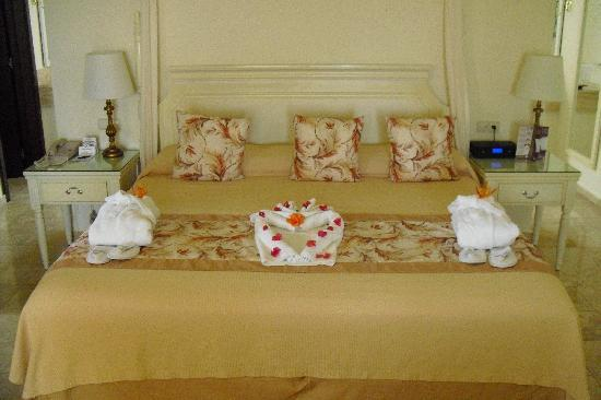 Grand Palladium Lady Hamilton Resort & Spa: behind wall is bathroom, jacuzzi