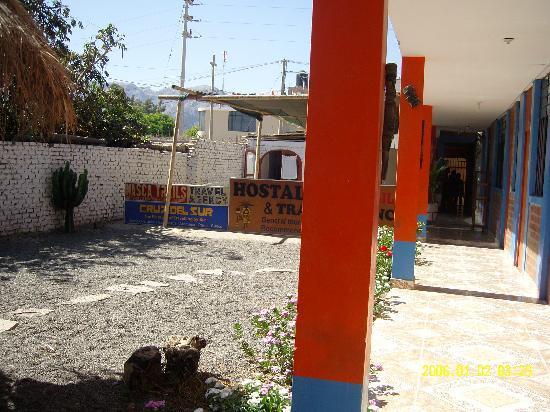 Hostel Nasca Trails: 客房前的庭院