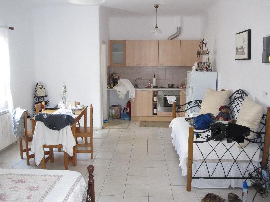 Eleni's Village Suites: Kitchen area