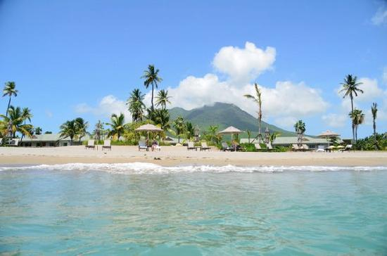 Charlestown, île de Nevis : View from the water.. Mt Nevis in the background