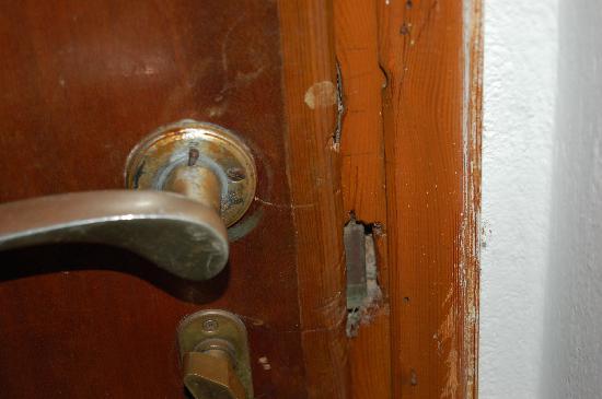 Hotel Hermes: Poor quality broken door frame