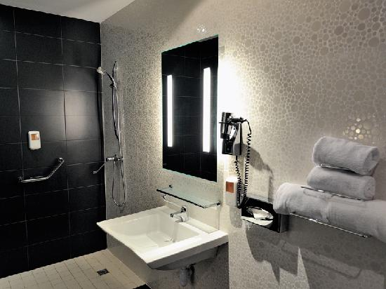 Comfort Hotel Centre Del Mon: Bathroom Comfort Centre del Mon Perpignan