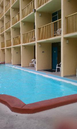 Ramada Plaza Fort Walton Beach Resort/Destin: the rooms with balconies leading into the pool