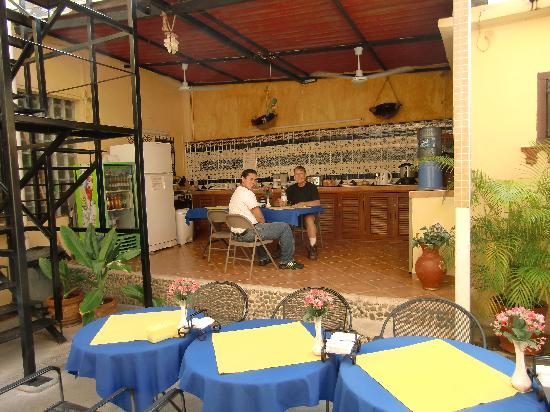 Hotel del Peregrino: Patio and Dining area