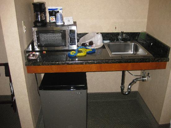 Quality Inn & Suites : Fridge, microwave, sink, and coffee maker