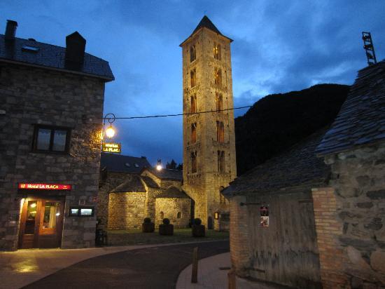 Erill La Vall, España: Vista de la plaza y el hostal
