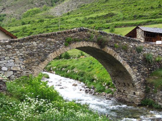 Hotel Els Encantats: Puente románico en Espot