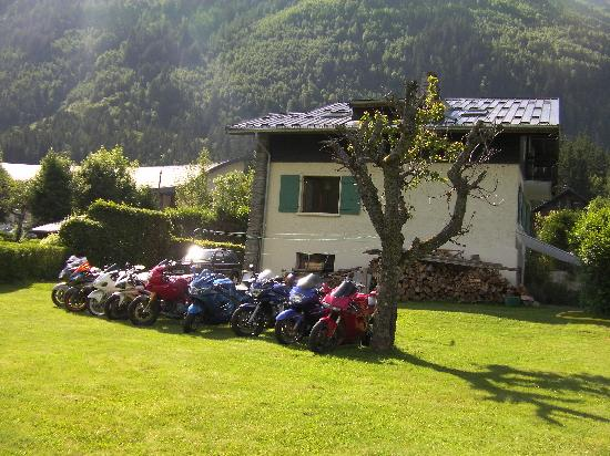 Chalet Les Pelerins: Secure parking for the Bikes Round the Back of the House