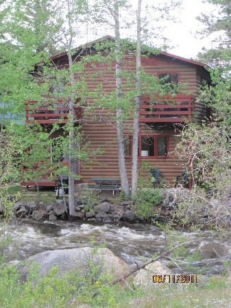 Swiftcurrent Lodge On The River: 2-story lodge