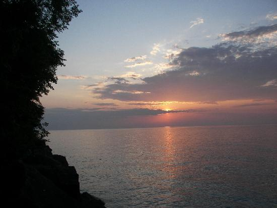 Redwood Garden Bed & Breakfast: Sunset on Lake Ontario