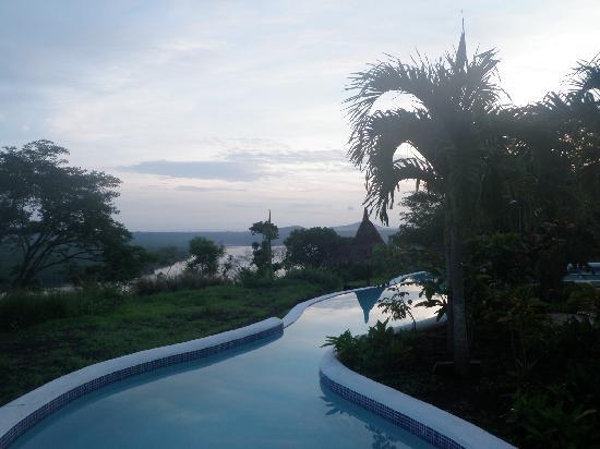 Hacienda Puerta Del Cielo Eco Spa : Piscina con vista a la laguna