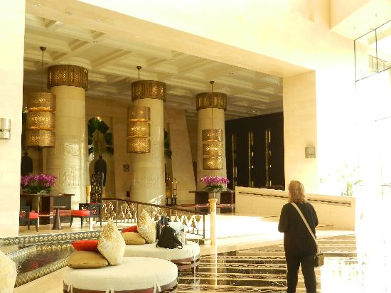 Raffles Dubai : the massive lobby