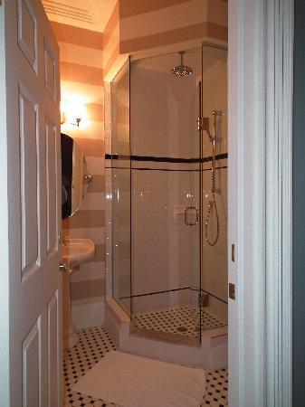 ذا تشارلز هوتل: Bathroom