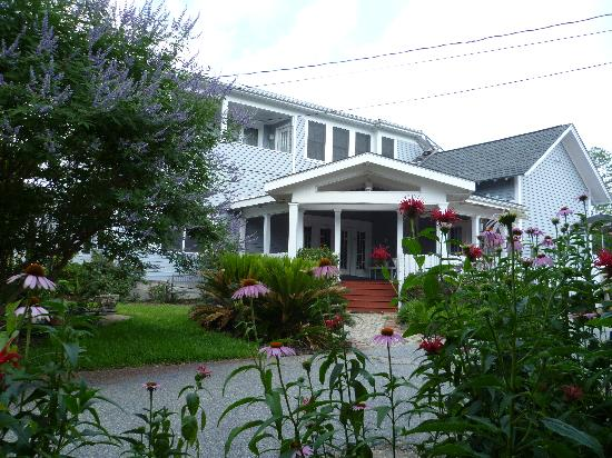 Americus Garden Inn Bed & Breakfast: Relax on the back porch or the bench by the koi pond.