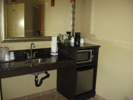 Hampton Inn & Suites - Paso Robles: Wet bar with refrigerator & microwave