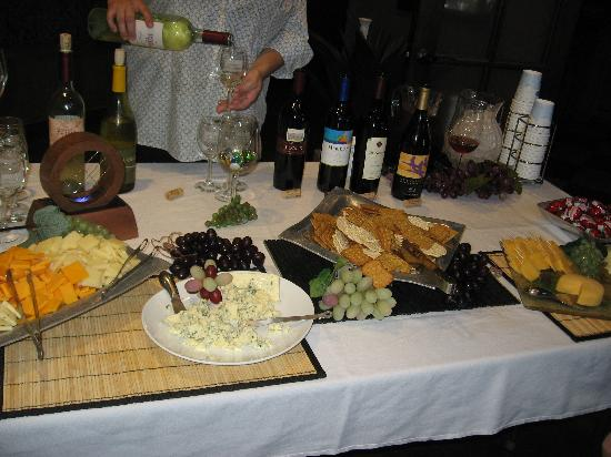 Hampton Inn & Suites - Paso Robles: Wine & Cheese Tasting