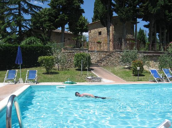 Il Casale del Cotone: In the pool, hotel in background