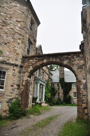 Mepal Manor and Spa: dramatic arch way entrance