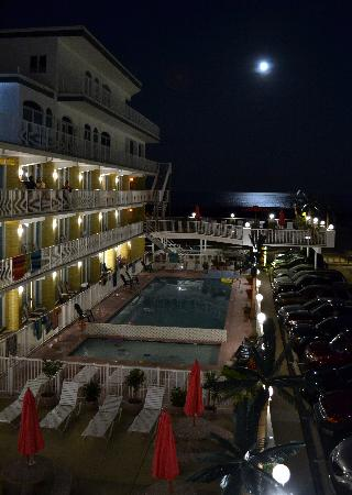 Paradise Oceanfront Resort: Full Moon over the ocean as seen from the Paradise