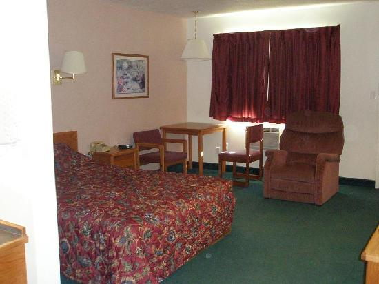 Rodeway Inn: Bed, table, chair