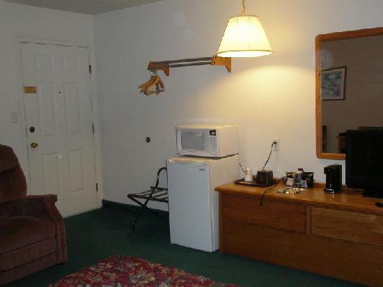 Rodeway Inn: Door to deck, micro, fridge, flatscreen TV