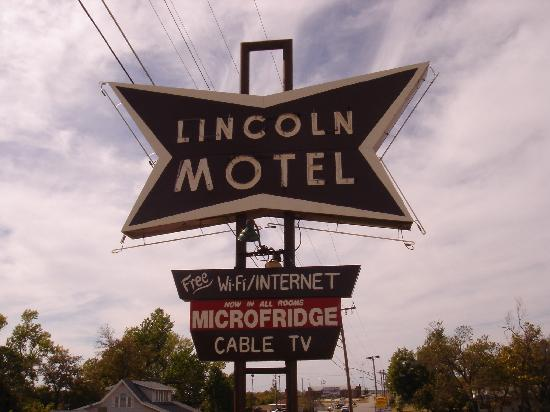Lincoln Motel: Neon Sign