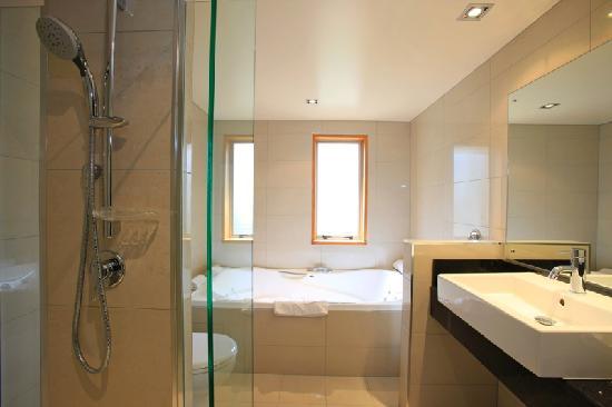 Distinction Te Anau Hotel and Villas: Deluxe Suite Bathroom