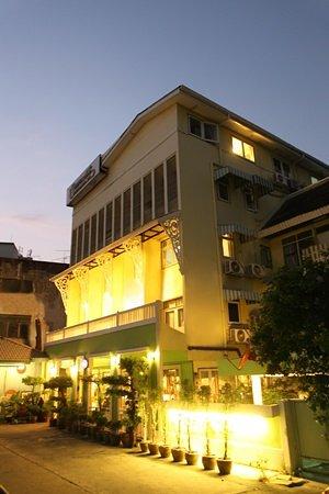 Sawasdee Sukhumvit Inn: exterior