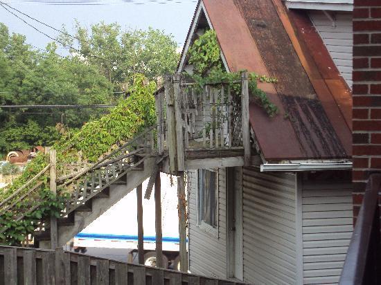 Super 8 Jessup/Baltimore Area: Abandoned house next door
