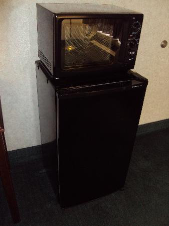 Super 8 Jessup/Baltimore Area : Broken microwave & refrigerator