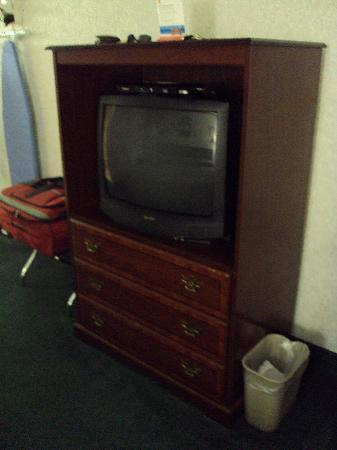 "Super 8 Jessup/Baltimore Area : Television and ""dresser"""