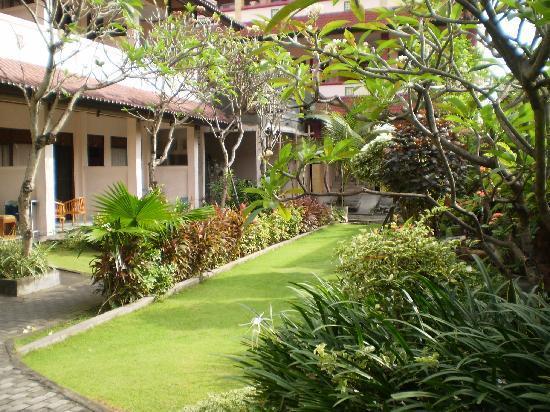 Pesona Beach Inn: Pleasant gardens