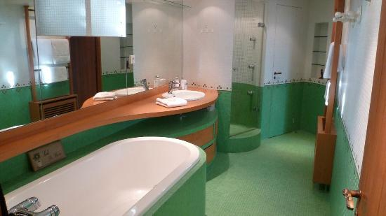 Maison Yvonne : the ensuite bathroom