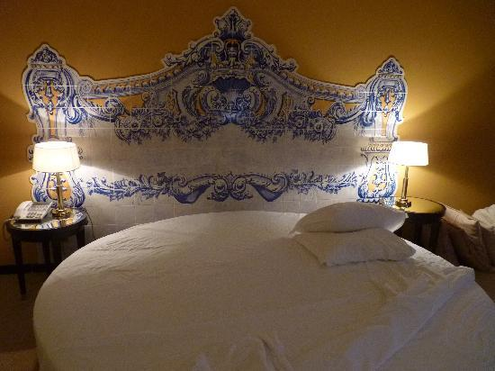 Fundao, Portugal: Round bed with azulejos headboard