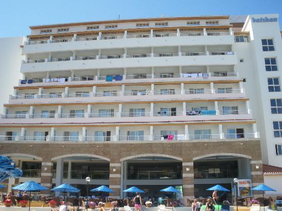 Batihan Beach Resort & Spa: batiment avec snack en dessous