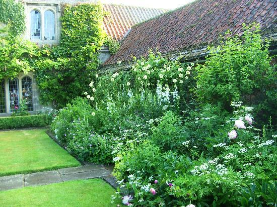 Ogle Castle Bed & Breakfast: Ogle Castle garden border